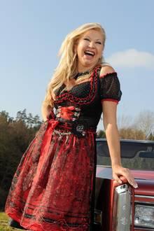 """Anfang 2011 bekommt Carmen mit Mann Robert ihr eigenes RTL2-Reality-Format: """"Die Geissens – Eine schrecklich glamouröse Familie"""". 2012 stellt die Geiss mit einer etwas kurvigeren Figur ihre eigene Dirndl-Kollektion vor."""