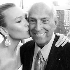 Auf ihrem Instagram-Account veröffentlichte Topmodel Karlie Kloss ein Selfie mit Oscar de la Renta nach seiner letzten Fashionshow.