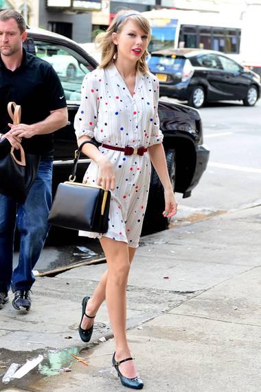 Das gepunktete Kleid im Retro-Look entspricht genau Taylor Swifts liebstem Kleidungsstil.