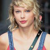Wie zu Beginn ihrer Karriere trägt Taylor Swift die Haare wieder natürlich gelockt. Ob sie ihr neuer Freund Tom Hiddleston zu der Style-(Rück-)Verwandlung inspiriert hat? Zum Vergleich...