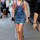 In New York schlendert Taylor Swift im süßen Jeans-Kleidchen durch die Straßen. Dabei fällt vor allem die neue (alte) Frisur der Sängerin auf.
