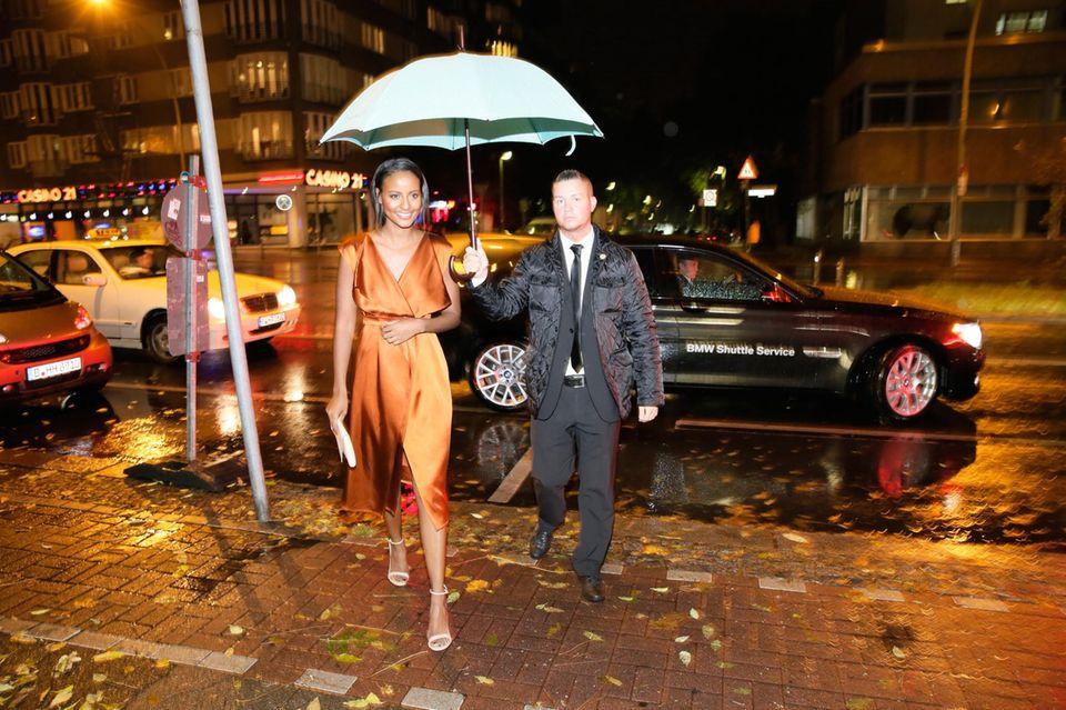 Model Sara Nuru nutzt den BMW Shuttle Service.