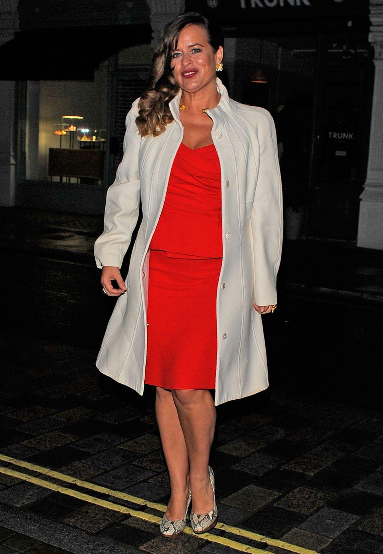 Jade Jagger ist in Rot-Weiß mit dabei.