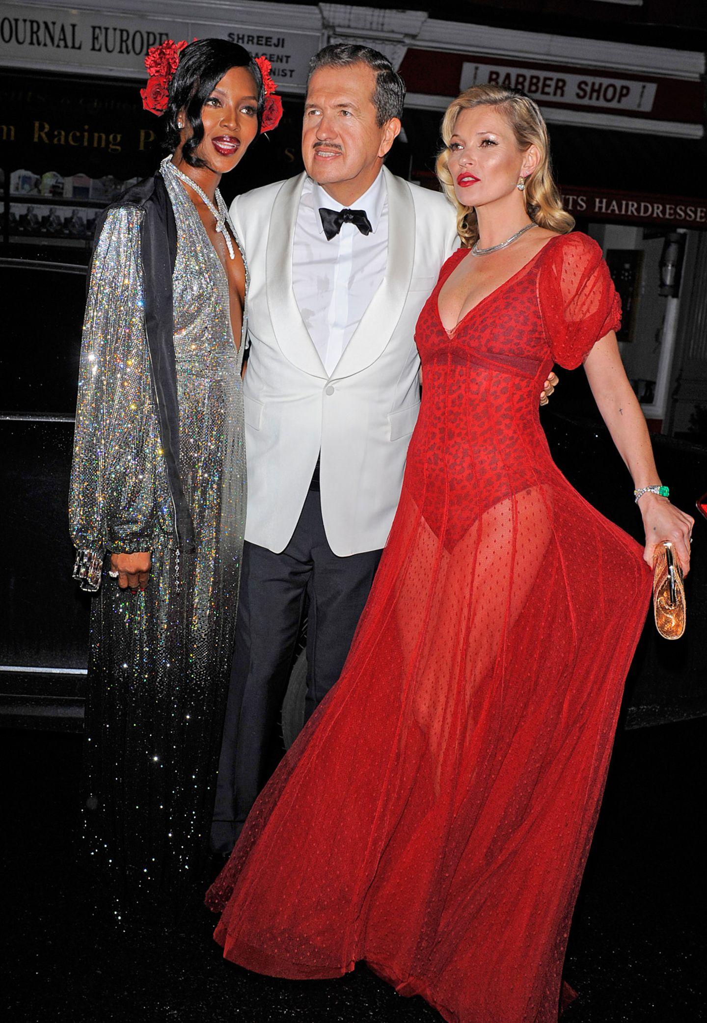"""Das Geburstagskind mit seinen beiden Lieblingsmodels: Naomi Campbell in Glitzer-Robe, Mario """"The Great Gatsby"""" Testino und und eine feurig-transparent gekleidete Kate Moss."""