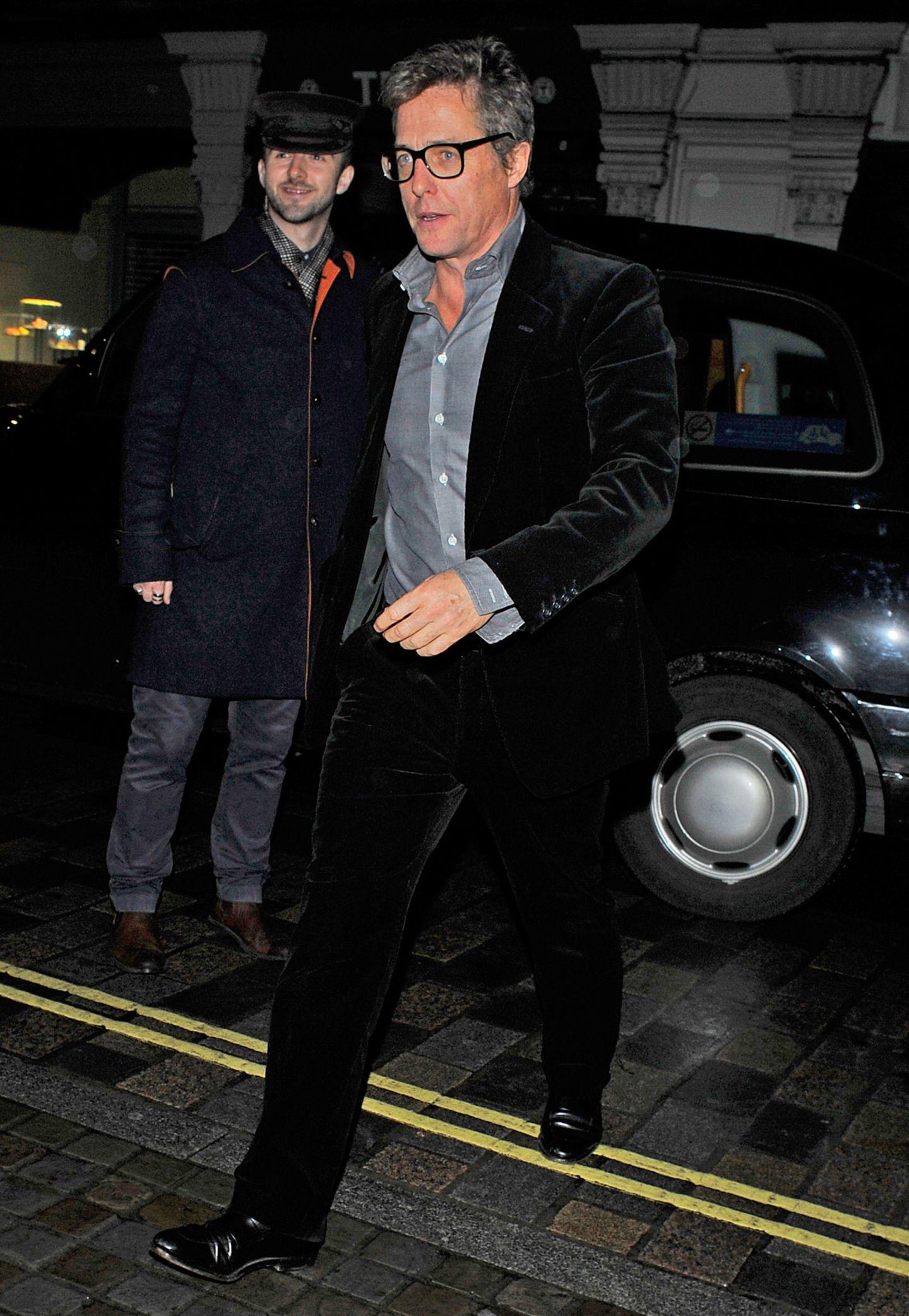 Hugh Grant kommt im schicken Samtanzug zum Chiltern Firehouse.