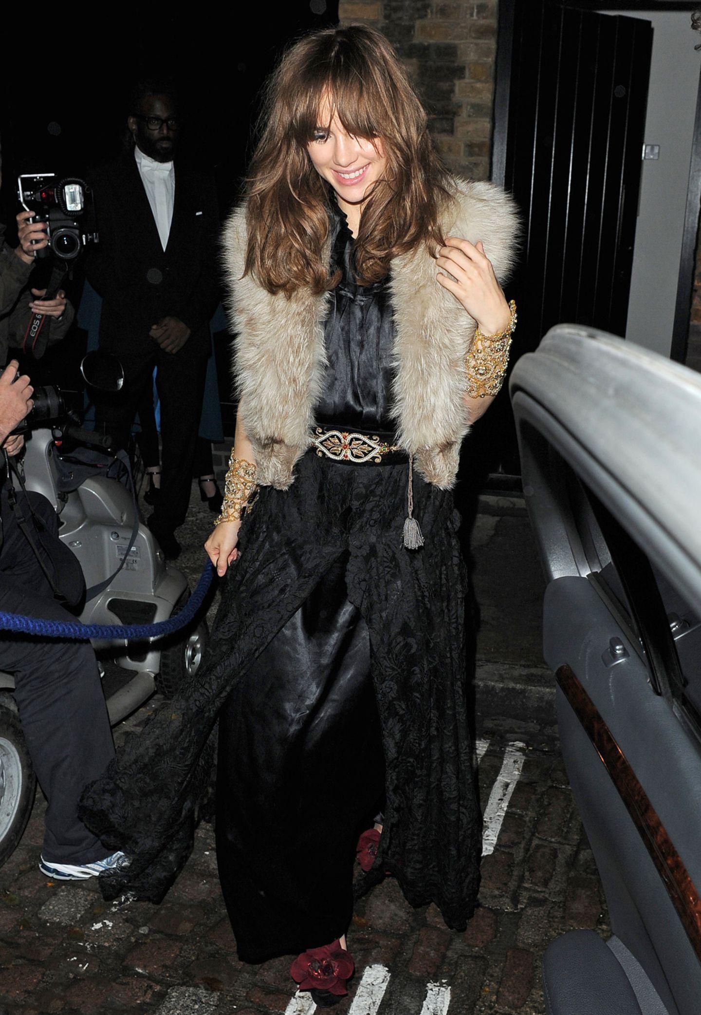 Topmodel Suki Waterhouse kommt bestens gelaunt und mit Fellweste warm eingepackt ins Londoner Chiltern Firehouse.