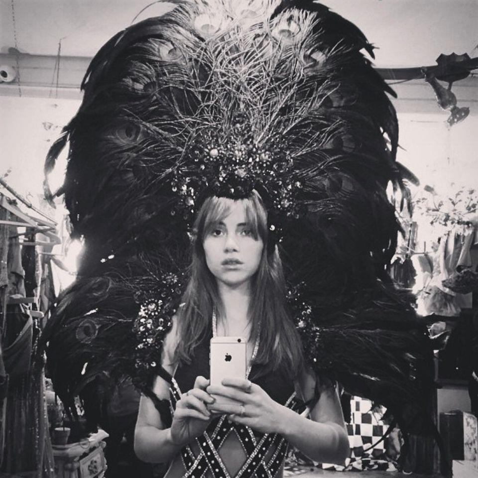 Dieser Feder-Schmuck auf dem Kopf von Model Suki Waterhouse sieht sehr nach Victoria's Secret und damit extrem verdächtig aus. Wenn ihr Instagram-Foto nicht trügt, können die Freundinnen Cara und Suki dieses Jahr eventuell gemeinsam in ihrem Heimatland für das Reizwäsche-Label über den Catwalk laufen.