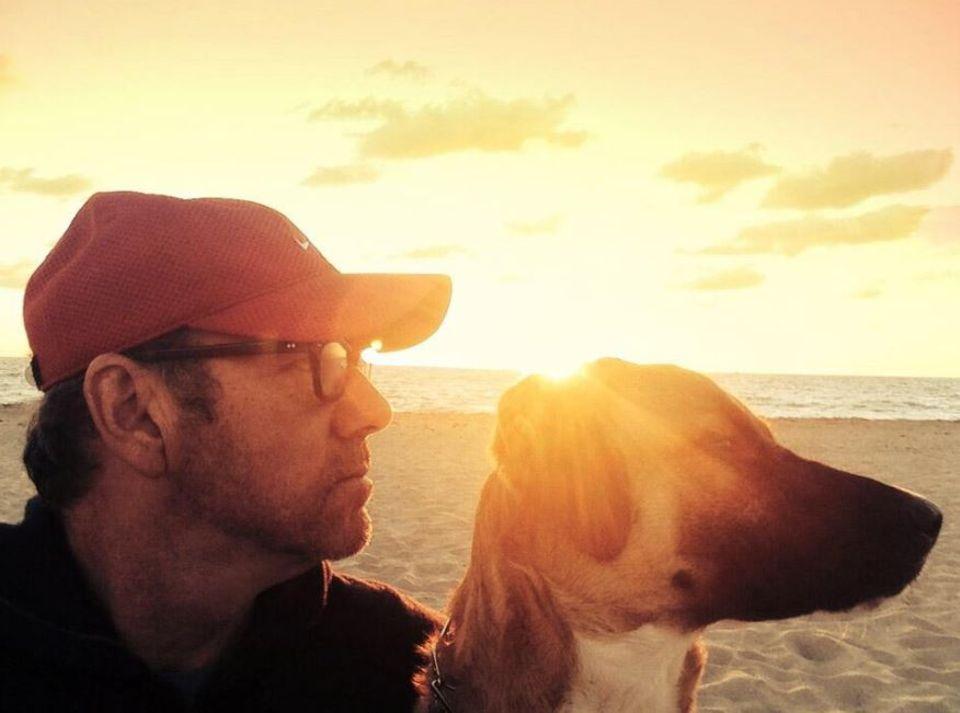 Kevin Spacey twittert ein Selbstporträt von sich mit seinem Hund am Strand von Boston.