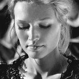 Toni Garrn   Mit seiner Leica-Kamera porträtiert der erfolgreiche Jazz-Trompeter Till Brönner international berühmte Schauspieler, Musiker und Models. Der Verlag teNeues veröffentlicht die Schwarz-weiß-Porträts in einem faszinierenden Bildband und in der Leica Galerie in Frankfurt sind Brönners Arbeiten noch bis zum 15. Januar 2015 zu bewundern.