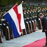 Auch das gehört zu einem Staatsbesuch: König Willem-Alexander verneigt sich - nachdem die angetretene Garde inspiziert wurde - vor den Fahnen.