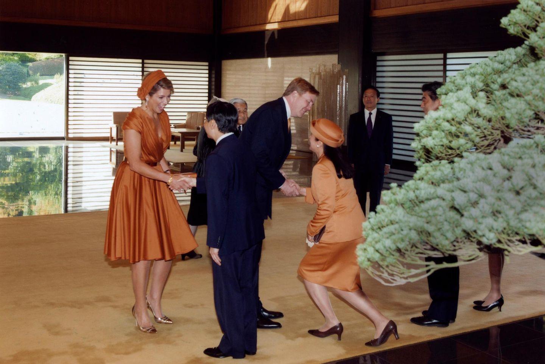 """Im Palast geht es weiter mit der Begrüßung: Hier warten bereits Japans Kronprinz Naruhito und seine Frau Masako auf die Gäste. Dass Prinzessin Masako an der Zeremonie im Palast und am abendlichen Bankett teilnehmen wird, ist eine Besonderheit. Die Kronprinzessin leidet seit vielen Jahren unter einer """"Anspassungsstörung"""" wie es vom Kaiserhaus heißt. Seit elf Jahren hat sie deswegen an keinem Staatsbankett mehr teilgenommen und kaum öffizielle Pflichten übernommen. Aber wie es scheint, geht es ihr besser und sie freut sich über den niederländischen Besuch."""