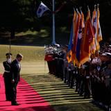 Gemeinsam mit Präsidentin Park Geun-hye inspiziert König Willem-Alexander die angetretene Ehrengarde und verneigt sich vor den Fahnen.