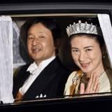 König Willem-Alexander + Königin Máxima: Prinz Naruhito und Prinzessin Masako sind auf dem Weg zum Staatsbankett. Dem Anlass entsprechend trägt die Kronprinzessin ein funkelndes Diamant-Diadem.