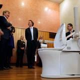 """Ein ungewöhnlicher Anblick und ein ungewöhnlicher Besichtigungstermin: In Tokyo zeigt man den niederländischen Gästen Produkte des Herstellers """"Toto"""", der sich auf Toiletten spezialisiert hat. Das Modell ist portabel und soll besonders praktisch für pflegebedürftige Menschen sein."""