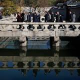 Das Königspaar bekommt eine Führung über das Gelände des Gyeongbokgung-Palasts und wird dabei von einer ganzen Delegation begleitet.