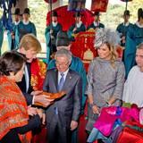 Auch ein kleines Theaterstück gehört im Gyeongbokgung-Palast zum Programm. Anschließend unterhalten sich König Willem-Alexander und seine Frau noch mit Darstellern und Gastgebern.