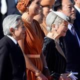 Königin Máxima versprüht gute Laune bei der Zeremonie vor dem kaiserlichen Palast.
