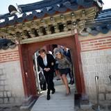 Einige der Durchgänge sind so niedrig, dass die royalen Besucher beim Passieren knicksen müssen. Das tun sie mit einem breiten Lächeln.
