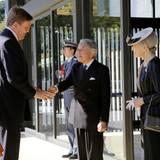 Tag 1  Herzlicher Empfang vor dem kaiserlichen Palast: Kaiser Akihito und Kaiserin Michiko begrüßen das niederländische Königspaar bei der Ankunft.
