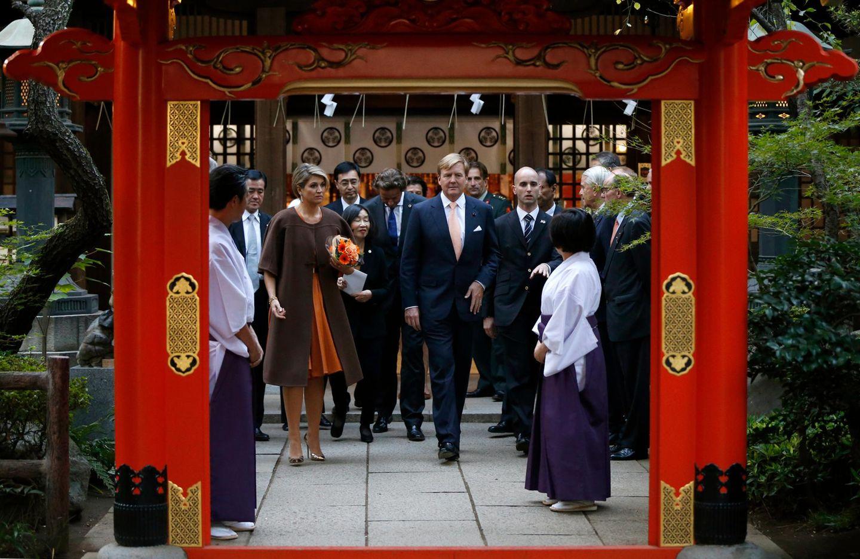 Die niederländischen Gäste schauen sich den Atago-Schrein an.