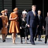 Kaiser Akihito und König Willem-Alexander schreiten voran, ihnen folgen Königin Máxima und Kaiserin Michiko, die sich offenbar angeregt unterhalten. Als drittes Paar ist das japanische Kronprinzenpaar dabei.