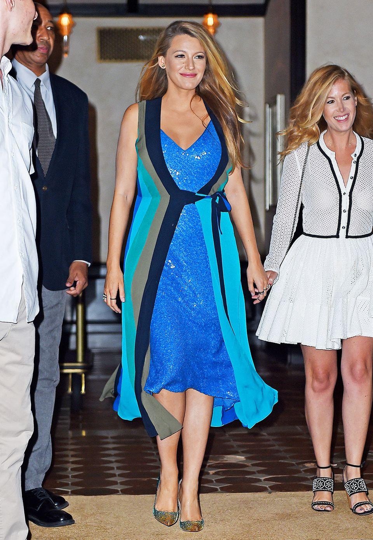 """Kleider aus der Abteilung für Umstandsmoden? Fehlanzeige! Hollywood-Schönheit Blake Lively hüllt ihre Babykugel weiterhin in High-Fashion-Kleider. Hier trägt sie sogar gleich zwei Modelle aus der """"Diane von Furstenberg Resort 2017""""-Kollektion. Das Wickelkleid funktioniert sie kurzerhand einfach zum Sommermantel um."""