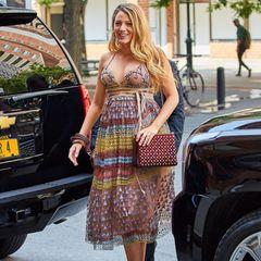 Blake Lively hüllt ihren Babybauch in ein sommerliches Kleid mit Ethno-Mustern. Hierzu trägt sie oberhalb der Taille einen hellen Gürtel, der ihre Babykugel wunderbar betont. Auffällig: Ihr pralles Dekolleté, welches sich wirklich sehen lassen kann.