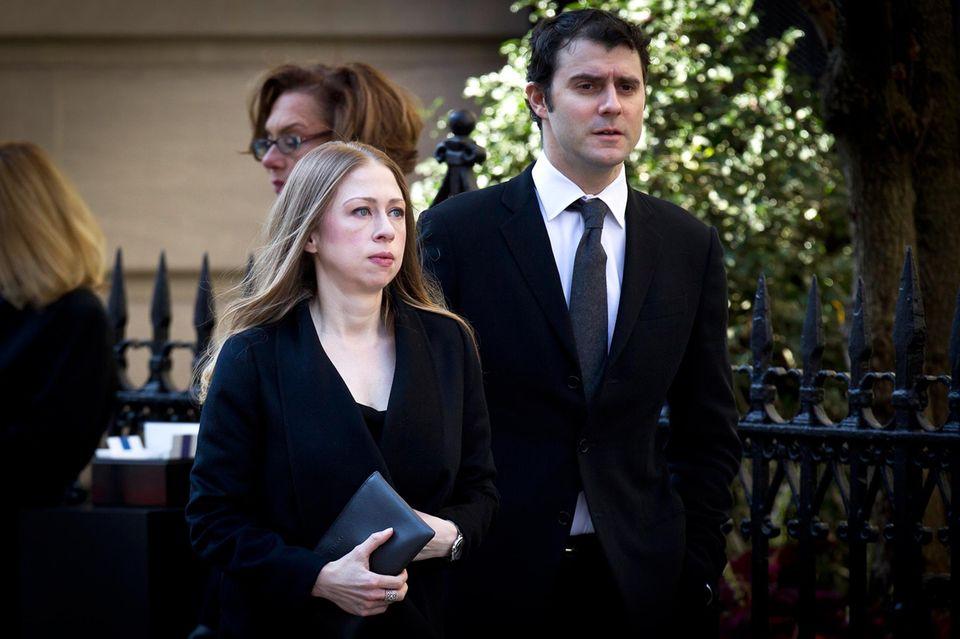 Chelsea Clinton und ihr Mann Mark Mezinsky erweisen dem verstorbenen Designer die letzte Ehre.