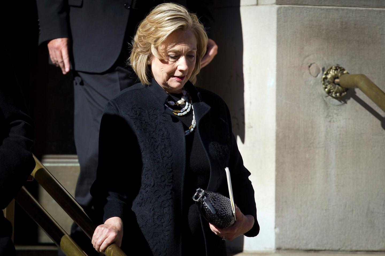 Selbst die ehemalige Außenministerin und Ex-Firstlady Hillary Clinton nimmt sich die Zeit, um zur Trauerfeier zu kommen.