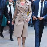 Obwohl sich der Trenchcoat von Jennifer Lawrence farblich eher bedeckt hält, ist er ein echter Hingucker. Sonnenbrille und Pumps stimmt die Schauspielerin gekonnt auf die natürliche Farbwelt ihres Mantels ab und rundet den modernen Winter-Style damit ab.
