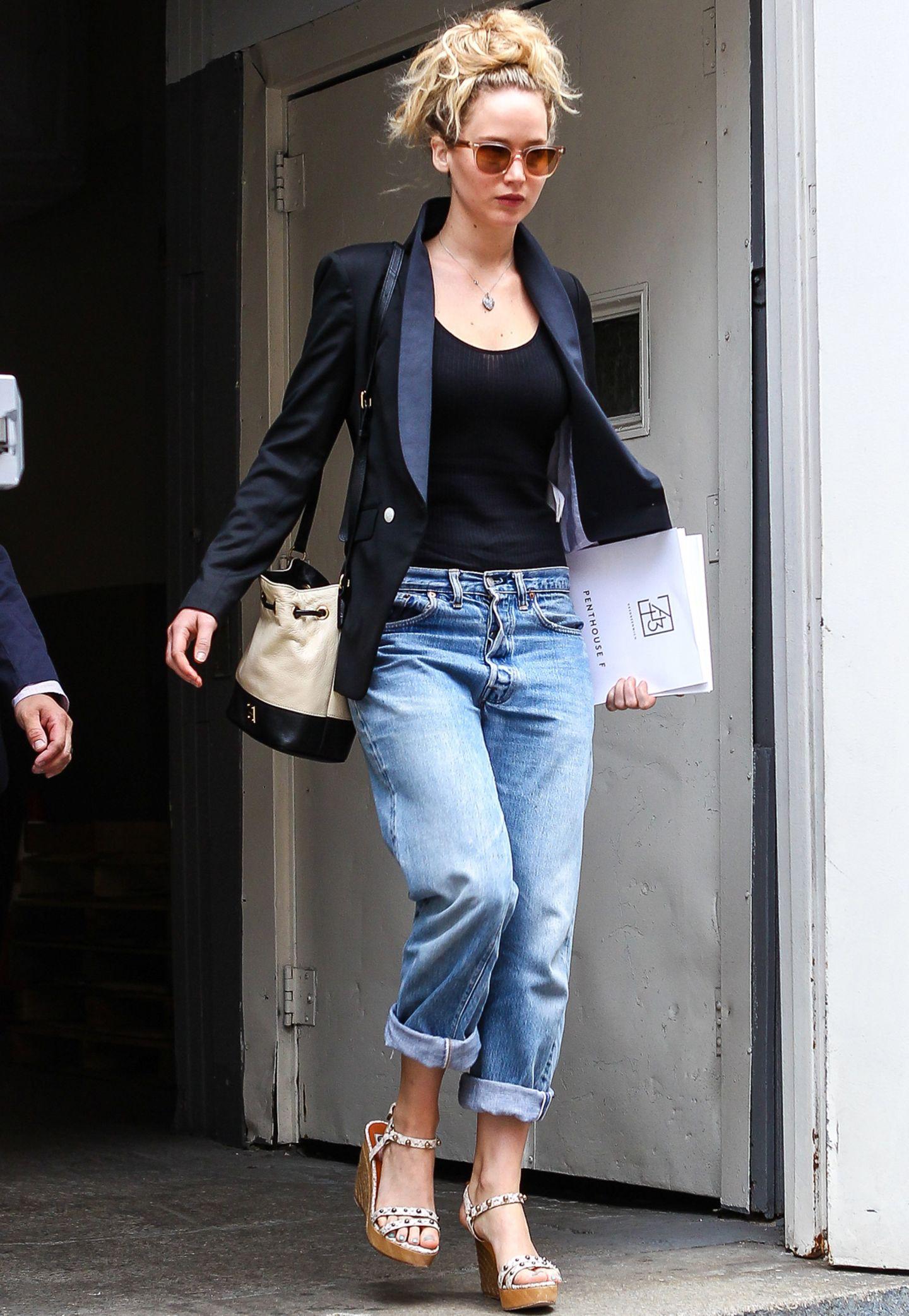 Boyfriend-Jeans zu kombinieren ist gar keine so leichte Angelegenheit. Mit hautengem Top, elegantem Blazer und Nieten-Wedges schafft es Jennifer Lawrence jedoch, einen gewissen Glamour-Faktor zu versprühen. Lässig wird es dann wieder bei ihrem lockigen Undone-Pferdeschwanz.