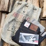 Für die richtige Ausstattung der Buddies sorgt Mustang mit der Oregon Tapered Raw Denim Jeans.