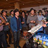 Jetzt geht es an die 1. Challenge der Alpen-Olympiade: Die Buddies müssen bei der Worldclass Experience ihre eigenen Drinks kreieren. Barkeeper Dominik Falger (Brand Ambassador Reserve Brands Diageo) erklärt worauf es dabei ankommt.