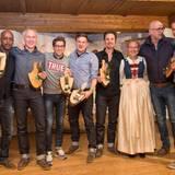 """Maria Hauser (Stanglwirt) verkündet das Siegerteam der Alpen-Olympiade: Die """"Edelweisen"""" mit Yared Dibaba, Marc Freyberg (Brax), Simon Hoecker (Jacques Britt), Lars Niemann (G+J), John Schlüter (Thomas Sabo), Dietmar Axt (Mustang) und Hannes Rahlenbeck (G+J) können sich über den Sieg freuen."""