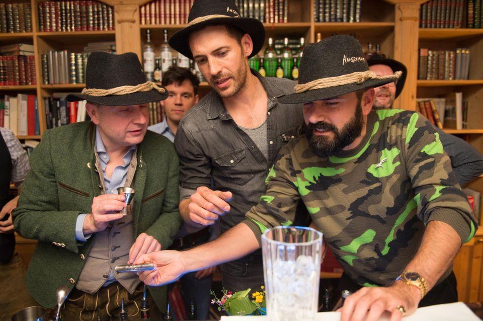 """Das Team """"Schlaufüchse"""" (hier im Bild Markus Spieker (Estée Lauder), Alexander Mazza, Andreas Haumesser (Haumesser PR)) versucht mit der richtigen Dekoration zu punkten."""