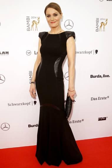 Bambipreisträgerin Martina Hill trägt eine bodenlange, schwarze Robe im Mermaid-Stil von Basler und sieht darin einfach umwerfend aus.