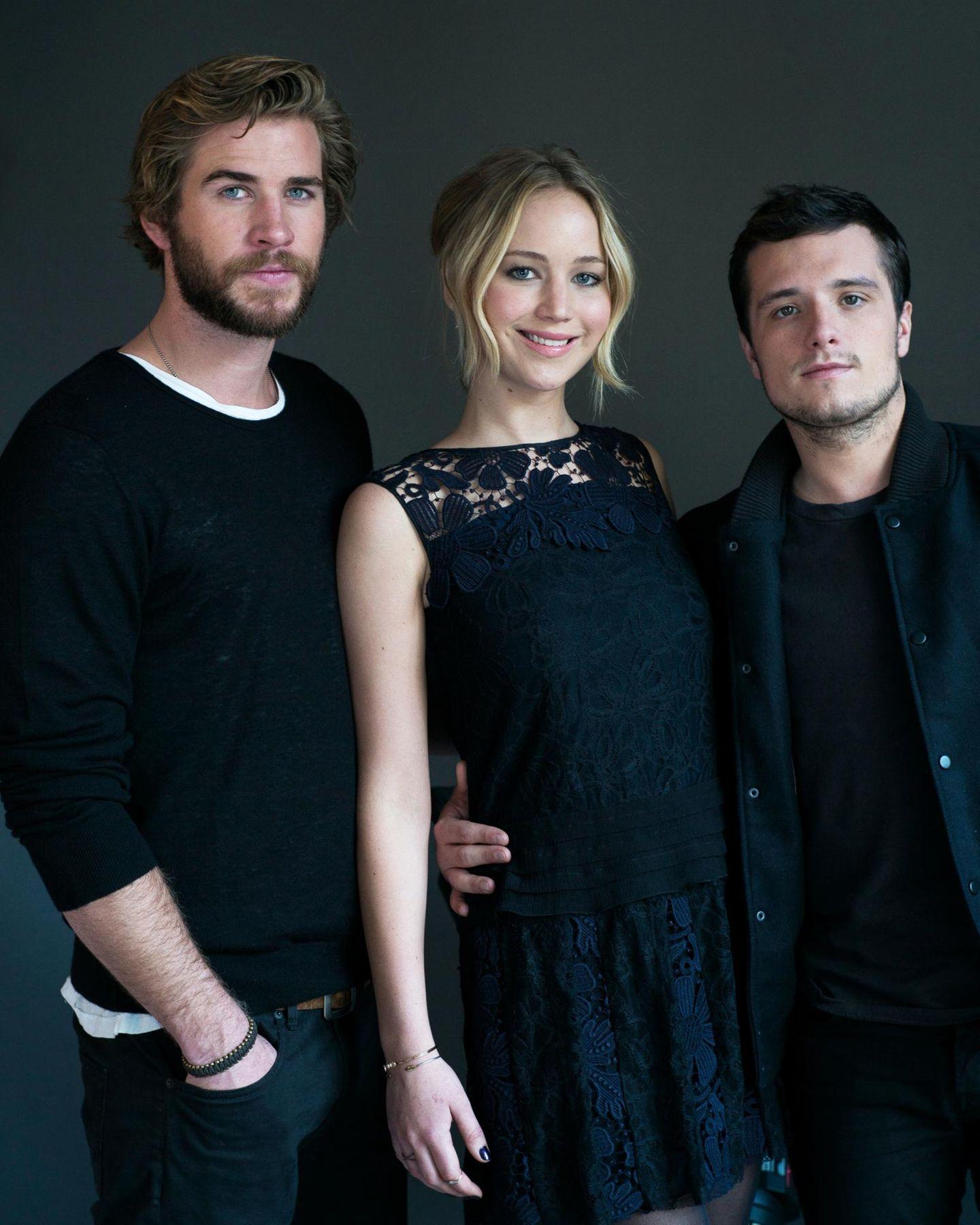 """New York  Liam Hemsworth, Jennifer Lawrence und Josh Hutcherson posieren in New York für ein gemeinsames """"The Hunger Games: Mockingjay - Part 1""""-Cast-Foto."""