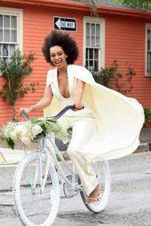"""Solange Knowles und ihr Verlobter fahren mit dem Fahrrad zur Trauung im """"Marigny Opera House""""."""