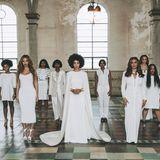 Auf dem Gruppenfoto posieren die weiblichen Gäste, darunter auch Beyoncé und Mutter Tina.