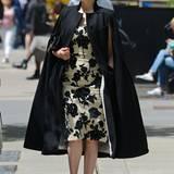 Dita Von Teese macht ihrem eleganten Ruf im schwarzen Cape-Mantel alle Ehre.