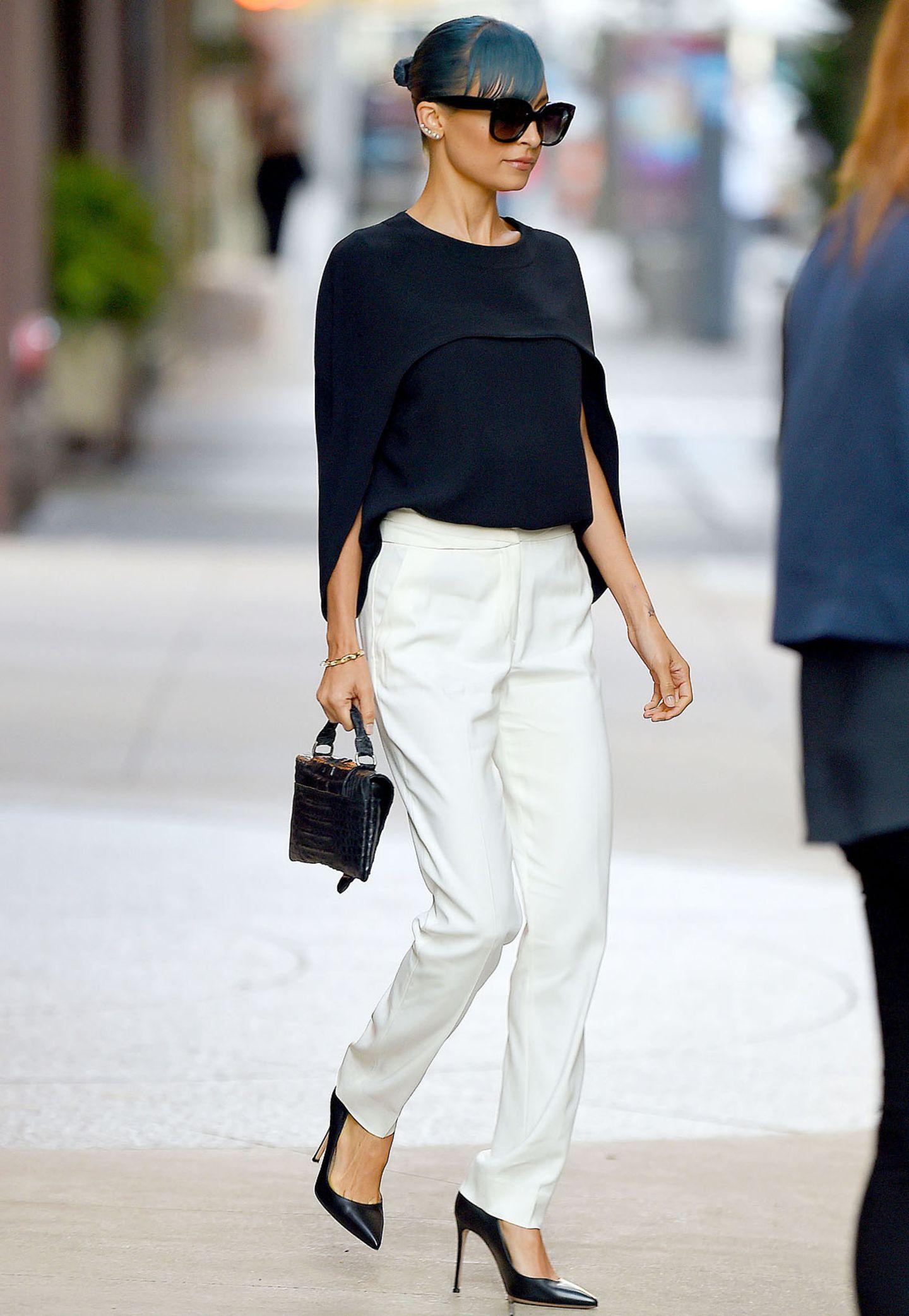 Auch It-Girl Nicole Richie ist von dem umgerechnet 840€ teuren Balenciaga-Oberteil begeistert. Sie setzt allerdings auf Eleganz und stylt zum Designer-Oberteil eine schicke Hose.