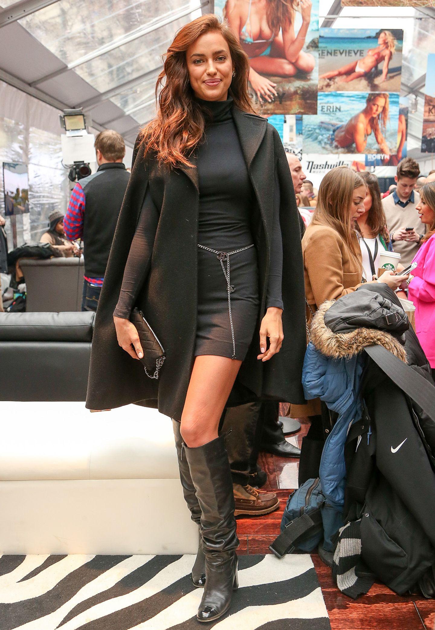 Bei einem Event in New York gibt das dunkle Woll-Cape dem sexy Look von Topmodel Irina Shayk einen eleganten Anstrich.