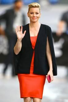 """Schwer angesagt! """"Die Tribute von Panem""""-Star Elizabeth Banks liegt mit ihrem schwarzen Cape voll im Trend."""