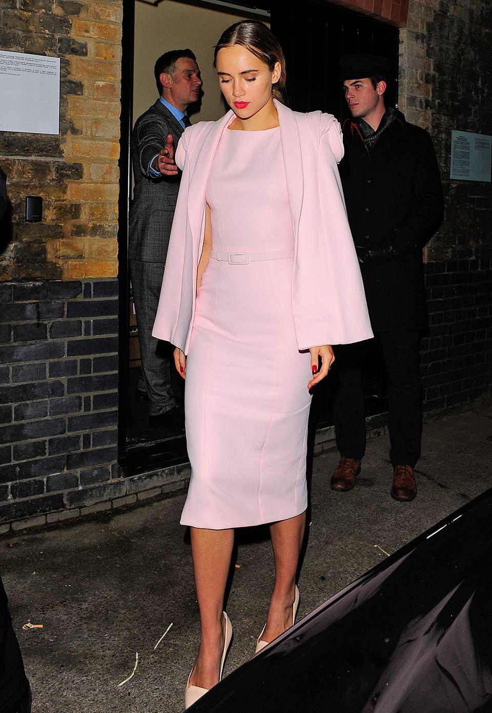 Topmodel Suki Waterhouse bezaubert mit der rosafarbenen Etuikleid-Cape-Kombi nicht nur ihren Freund Bradley Cooper.