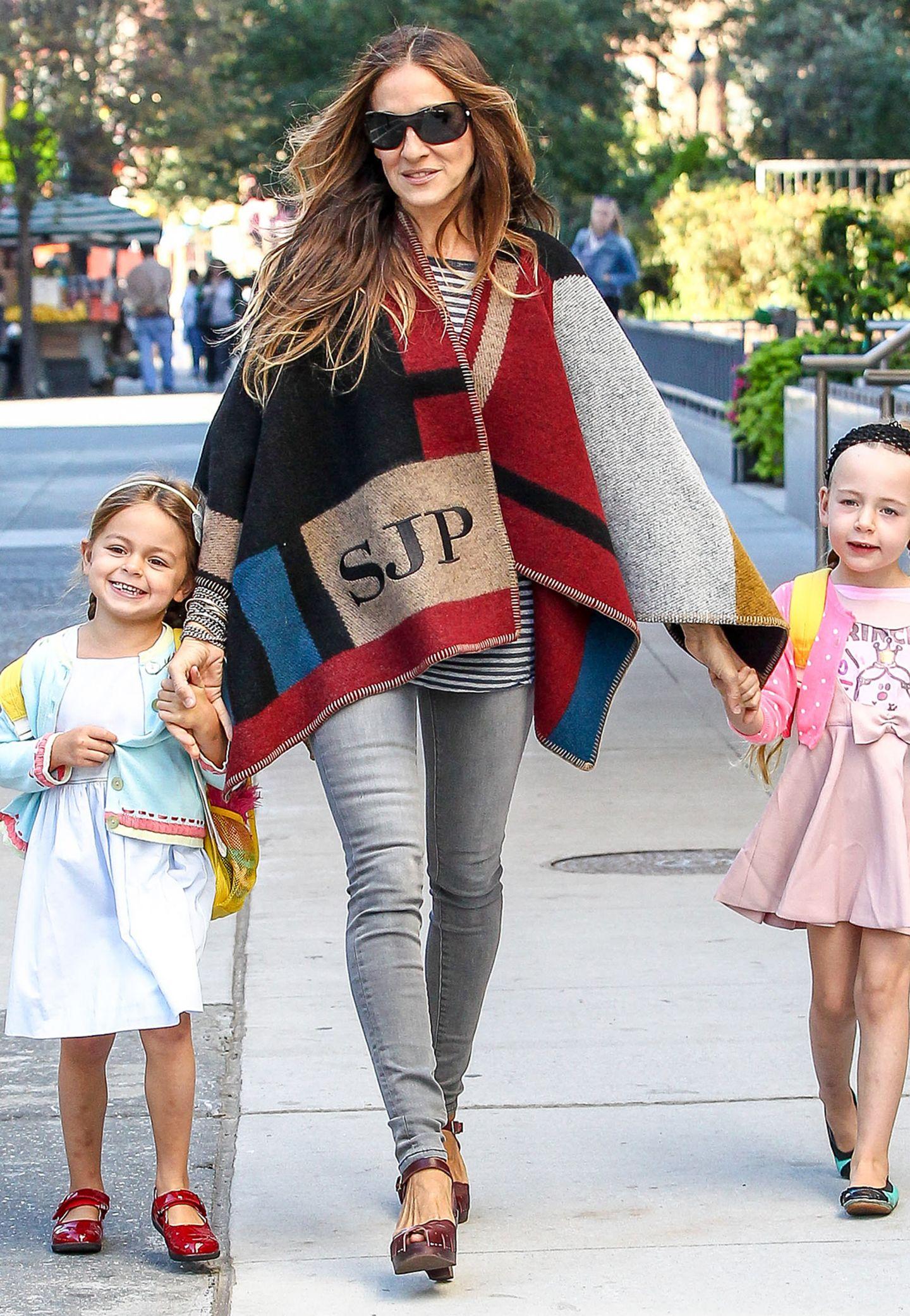 Auch Sarah Jessica Parker verpasst den Poncho-Trend nicht und bringt warm eingehüllt in ihre Zwillinge Tabitha und Marion zur Schule.