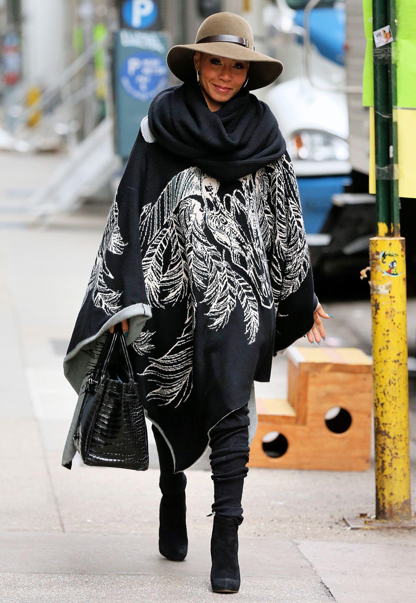Jada Pinkett-Smith ist beim Shoppen in New York mit ihrem Wollumhang mit Feder-Vogel-Print bestens gewärmt.