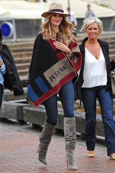 Topmodel Rosie Huntington-Whiteley wurde mit ihrem RHW-bestickten Woll-Poncho in Sydney gesichtet.