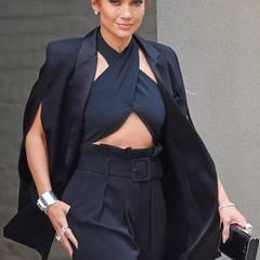 Jennifer Lopez zeigt sich bei der Show von David Letterman im ungewöhnlichen Tuxedo-Cape.