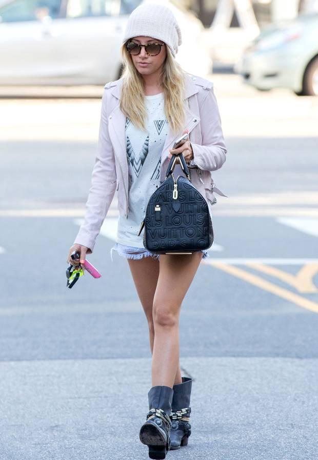 Rock trifft auf Pastell: Ashley Tisdale trägt zu ihrer rosafarbenen Biker-Jacke derbe Boots und eine It-Bag von Louis Vuitton.