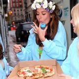Model Nicole Trunfio gönnt sich bei ihrer Babyshower-Party eine Pizza mit frischem Basilikum.